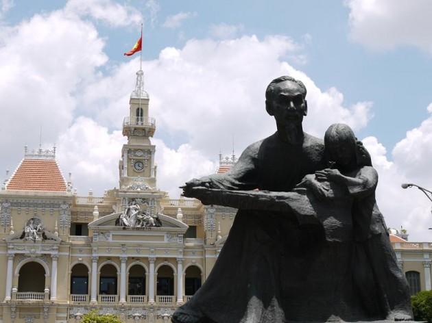 ホーチミン人民委員会庁舎とホー・チ・ミン像