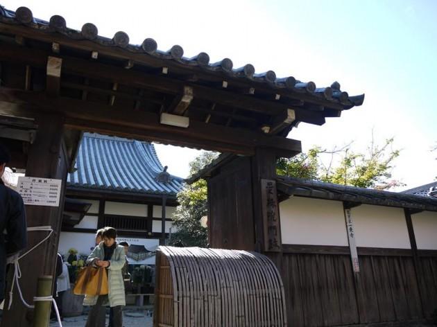 曼珠院の入り口